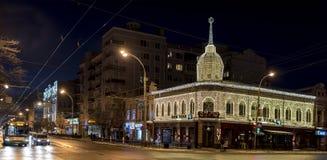 Cerca de los edificios viejos con caminar de los ciudadanos de la iluminación Foto de archivo libre de regalías