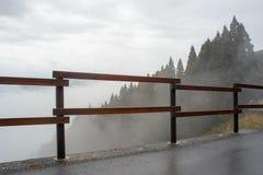 Cerca de madeira ao longo do cliffside da montanha, Kunimigaoka, Japão Fotografia de Stock Royalty Free