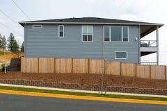 Cerca de madeira Around House do jardim novo na área suburbana fotografia de stock