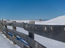 Cerca de madeira através dos campos de neve. fotos de stock royalty free