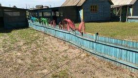 A cerca de madeira azul em uma exploração agrícola ou em uma vila, decorada com avestruz empluma-se vídeos de arquivo