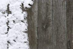 Cerca de madeira coberta com a neve Fotografia de Stock Royalty Free
