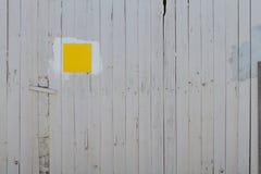 Cerca de madeira com sinal Fotografia de Stock Royalty Free