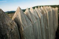 Cerca de madeira da defesa - varas cravadas fotografia de stock