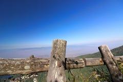 Cerca de madeira da fuga de natureza de Kew Mae Pan com fundo azul do cenário da montanha em Doi Inthanon, MAI de Chaing, Tailând Imagens de Stock