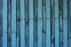 Cerca de madeira da textura com barras de metal Fotos de Stock Royalty Free