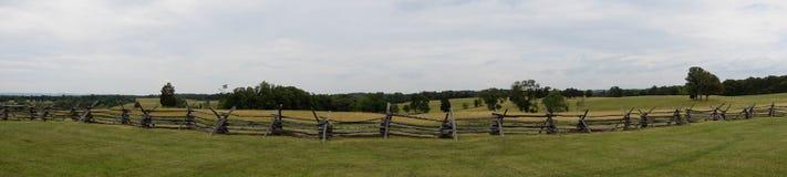 Cerca de madeira do panorama em um campo de batalha da guerra civil fotografia de stock
