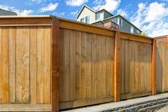 Cerca de madeira do quintal da casa com porta Imagens de Stock Royalty Free