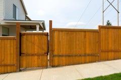 Cerca de madeira do quintal do jardim da casa com porta Imagens de Stock