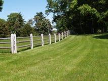 Cerca de madeira do trilho rachado por um campo Fotos de Stock Royalty Free