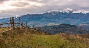 Cerca de madeira em montes do campo montanhoso imagens de stock royalty free