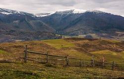 Cerca de madeira em montes do campo montanhoso fotografia de stock royalty free