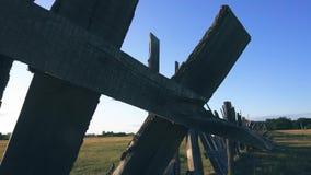 Cerca de madeira em um campo no sol de ajuste video estoque