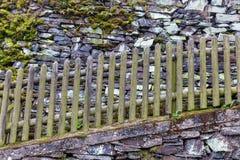 Cerca de madeira em uma parede drystone imagens de stock