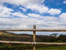Cerca de madeira na frente da montanha e do céu azul Imagens de Stock Royalty Free