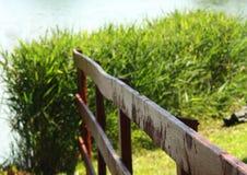 Cerca de madeira no lago fotos de stock