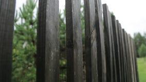 Cerca de madeira no village_3 video estoque