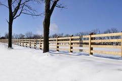 Cerca de madeira pela neve Imagens de Stock Royalty Free
