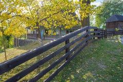 Cerca de madeira perto da casa nacional ucraniana Foto de Stock