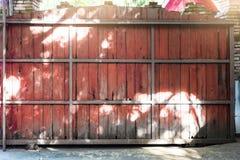 A cerca de madeira Sliding grande-feito sob medida é feita da armação de aço, usou i fotos de stock