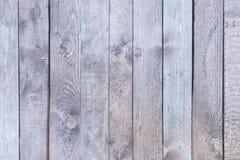 Cerca de madeira velha com luz desvanecida - madeira cinzenta Placas verticais lisas Fundo em branco fotografia de stock