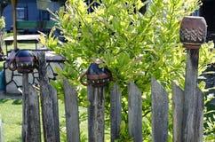 Cerca de madeira velha no prado verde foto de stock royalty free