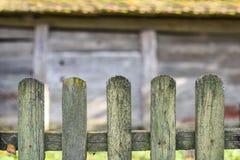 Cerca de madeira velha, parede de madeira do celeiro no fundo, espaço da cópia Vida na vila, Ucrânia ocidental Imagens de Stock Royalty Free