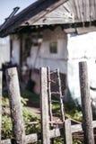 Cerca de madeira velha perto da casa velha do concreto Fotografia de Stock Royalty Free