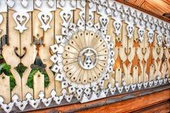 Cerca de madera adornada con las tallas Fotos de archivo