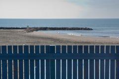 Cerca de madera azul en la playa Foto de archivo libre de regalías