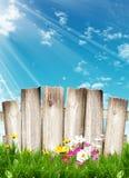Cerca de madera Background de las flores Foto de archivo