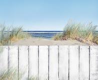 Cerca de madera blanca con el espacio de la copia en la playa foto de archivo