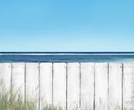Cerca de madera blanca del tablón en la playa fotografía de archivo