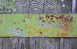 Cerca de madera con el ribete del metal, con la pintura vieja Fotografía de archivo libre de regalías