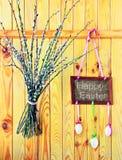 """Cerca de madera con """"Pascua feliz"""", los huevos y el sauce Fotos de archivo"""