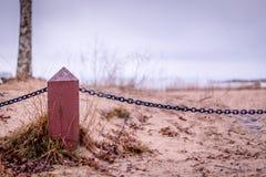 Cerca de madera con la cadena Foto de archivo libre de regalías