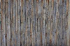 Cerca de madera de la cerca con los tornillos de montaje usando la madera Foto de archivo