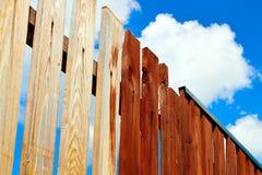 Cerca de madera de pintura con la pintura marrón Fondo del cielo azul Fotos de archivo libres de regalías