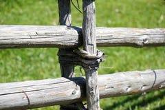 Cerca de madera de poste de la primavera Foto de archivo