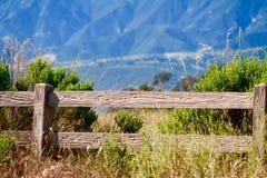 Cerca de madera delante de Santa Ynez Mountains Native Grass Chaparral Imágenes de archivo libres de regalías