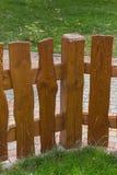 Cerca de madera e hierba verde Fotos de archivo libres de regalías
