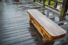 Cerca de madera en el puente de madera después de llover fotografía de archivo libre de regalías