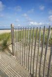 Cerca de madera en la playa. Imagenes de archivo