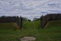 cerca de madera en un cielo nublado del parque Foto de archivo libre de regalías