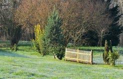 Cerca de madera en un jardín Imagenes de archivo