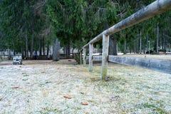 Cerca de madera en un parque fotografía de archivo libre de regalías