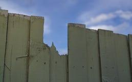 Cerca de madera quebrada con el fondo del cielo azul imagen de archivo
