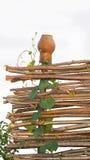 Cerca de madera rústica de mimbre Imagen de archivo libre de regalías