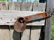 Cerca de madera sin pintar con una puerta bloqueable Caba?as de la cerca y de la puerta fotos de archivo