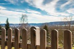 Cerca de madera de un pequeños jardín y visión abajo del valle Fotografía de archivo libre de regalías